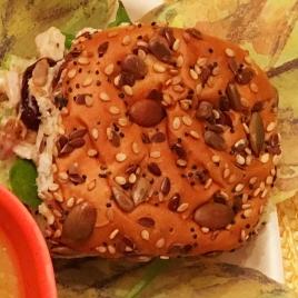 Sanduíche de peru assado com cebola caramelizada