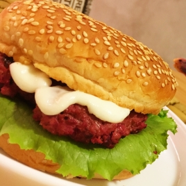 Hambúrguer de carne e beterraba