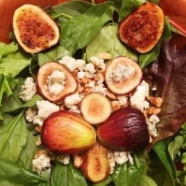 Salada verde com figos grelhados, nozes e gorgonzola