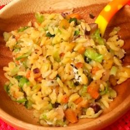 Risoni com vegetais, cogumelo e queijo de cabra